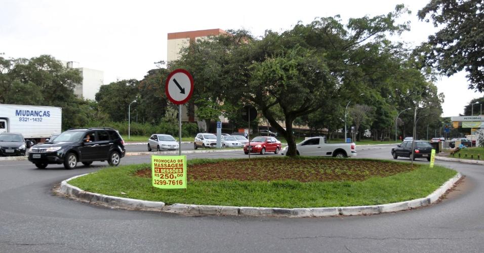 Anúncios publicitários irregulares causam poluição visual em Brasília