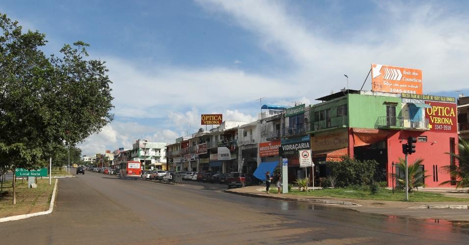 Avenida W3 Norte, na Asa Norte de Brasília, com anúncios publicitários irregulares
