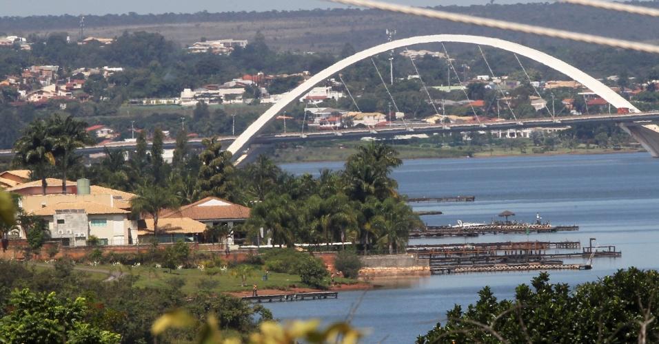 Ocupação irregular do lago Paranoá, em Brasília; ao fundo, a ponte JK