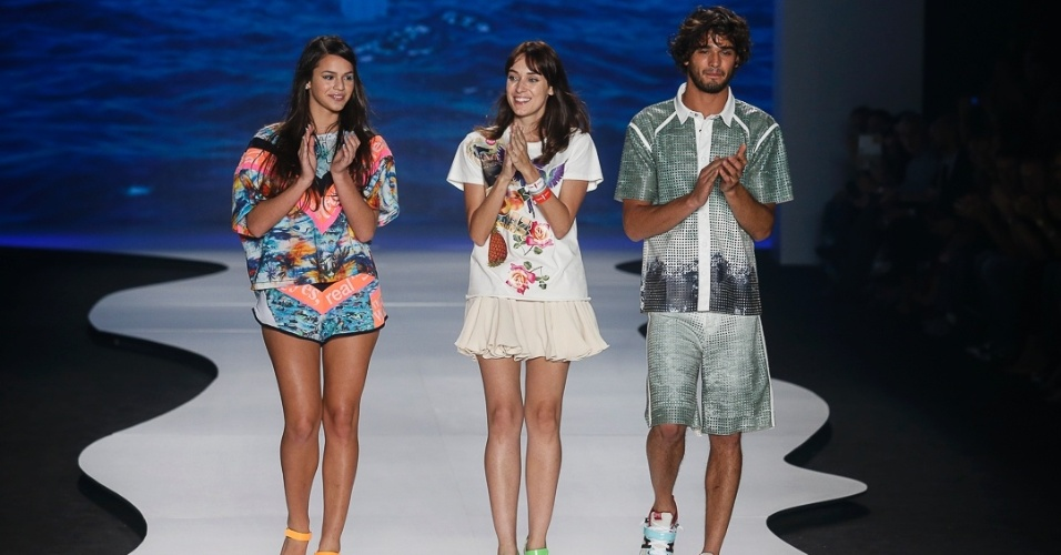 Bruna e o top Marlon Teixeira ao lado da estilista Thais Rossiter após o fim do desfile da Coca-Cola Clothing no Fashion Rio