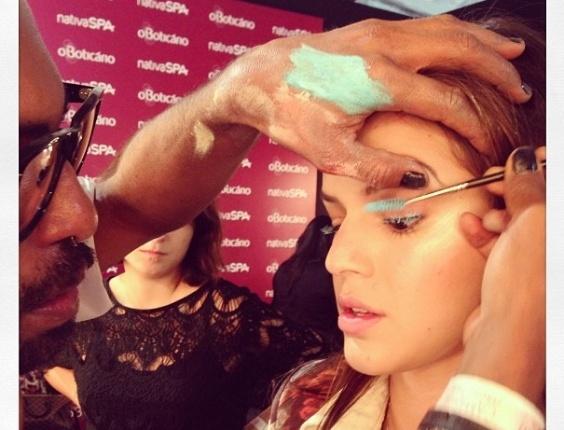 Bruna Marquezine é maquiada por Max Weber no camarim da Coca-Cola Clothing antes de seu desfile no Fashion Rio (18/04/2013)