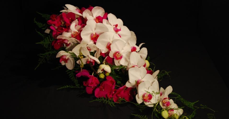 Buquê cascata de orquídeas e mini-orquídeas Phalaenopsis com acabamento de folhagens, por R$ 600; da Reserva Floral (www.reservafloral.com.br)