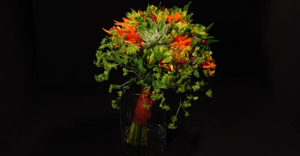 Buquê redondo de rosas, callas e orquídeas Cymbidium com acabamento de folhagens, por R$ 620,00; da Reserva Floral (www.reservafloral.com.br)