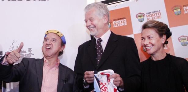 """Na cerimônia, """"Kiko"""" recebeu camisas de Inter e Grêmio em homenagem ao ator mexicano"""