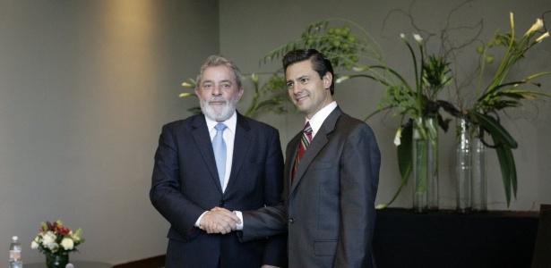 Enrique Peña Nieto (à dir.), atual presidente do México, ao lado do ex-presidente Lula. Imagem de 26/10/2011