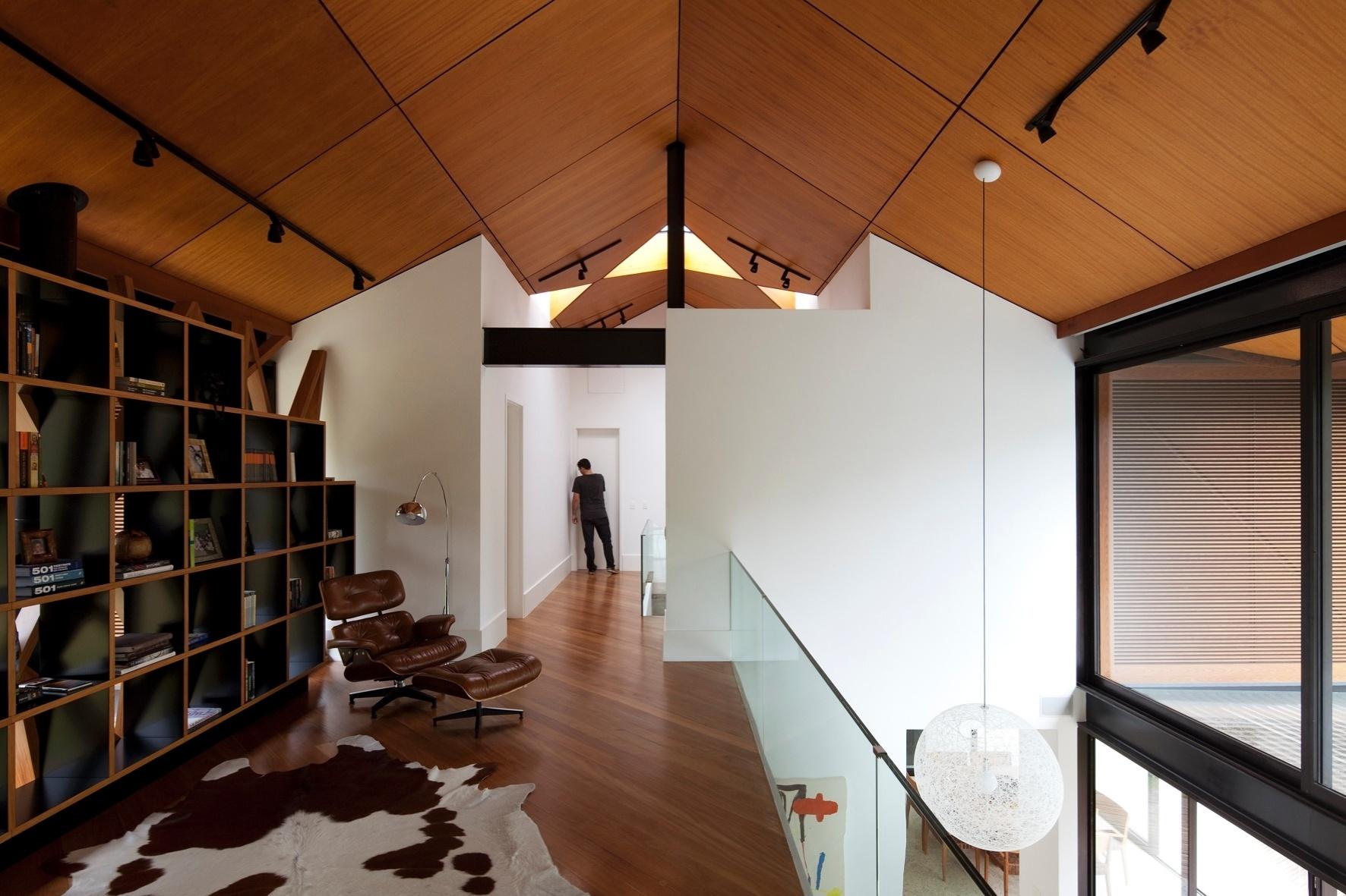 Na área do mezanino na casa de montanha, a arquiteta Flávia Quintanilha projetou o escritório, de onde é possível observar toda a movimentação na residência. O imóvel fica localizado no bairro Itaipava, em Petrópolis (RJ)