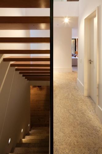 Para melhor aproveitamento da área, toda a circulação horizontal e vertical foi projetada no mesmo espaço, no centro da casa. Quem assina o projeto da casa de montanha no bairro Itaipava, em Petrópolis (RJ), é a arquiteta Flávia Quintanilha