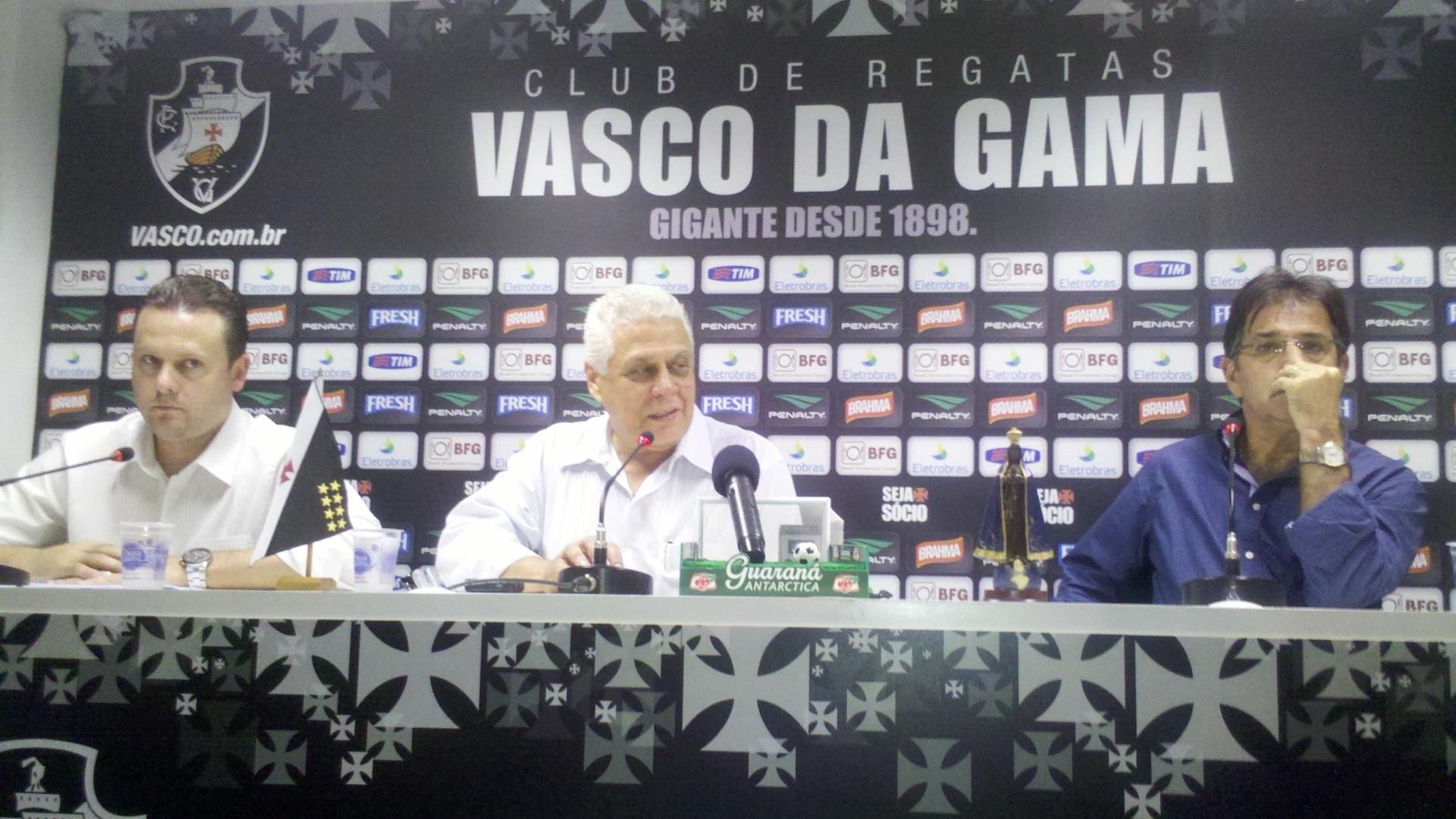 Presidente do Vasco, Roberto Dinamite (centro), concede entrevista ao lado do diretor executivo, Cristiano Koehler (e) e do diretor executivo René Simões