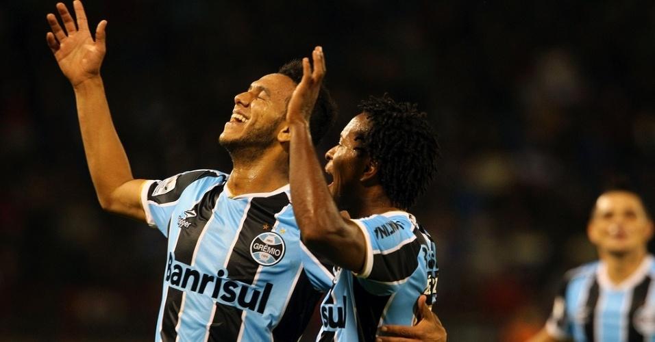Volante Souza comemora gol do Grêmio com o meia Zé Roberto (d) contra o Huachipato no Chile (18/04/2013)