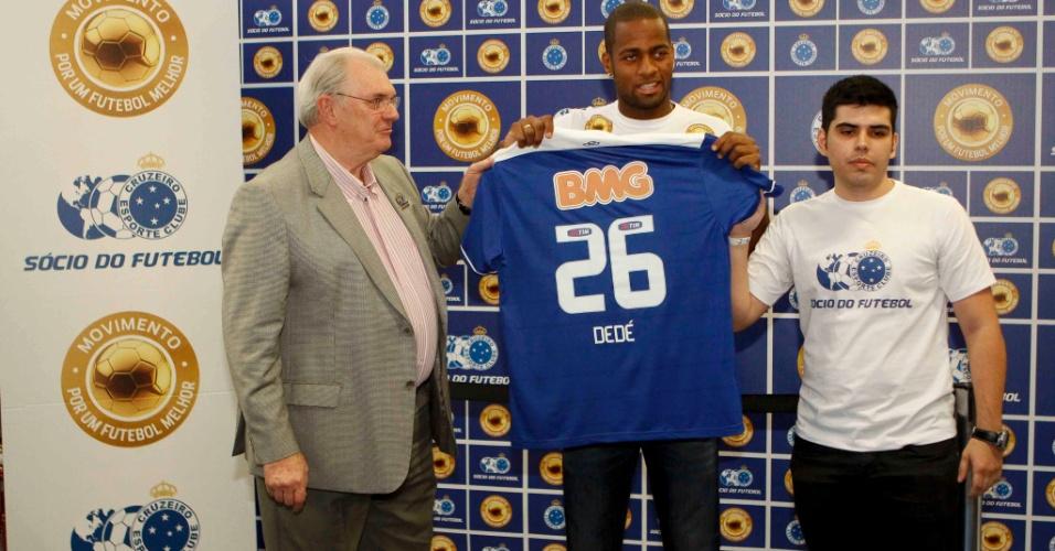 19/04/2013 - Presidente do Cruzeiro, Gilvan de Pinho Tavares, e o novo reforço do time, Dedé, durante apresentação inusitada em Supermercado