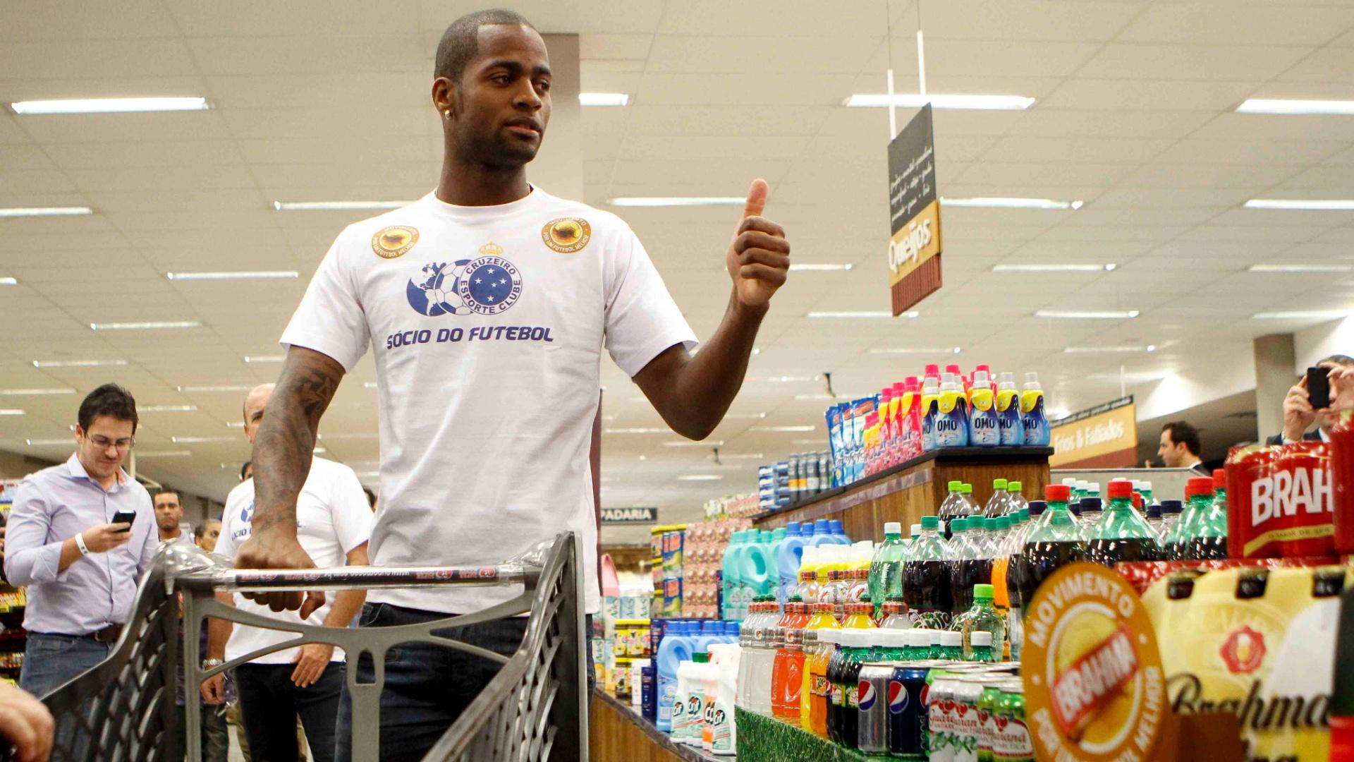 19/04/2013 - Zagueiro Dedé vai às compras em um supermercado durante sua apresentação oficial