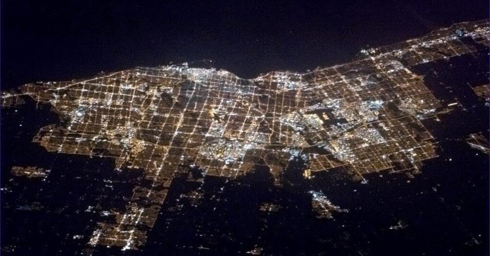 19.abr.2013 - O astronauta Chris Hadfield se despede de seus seguidores, em 16 de abril, com uma foto de Toronto, no Canadá