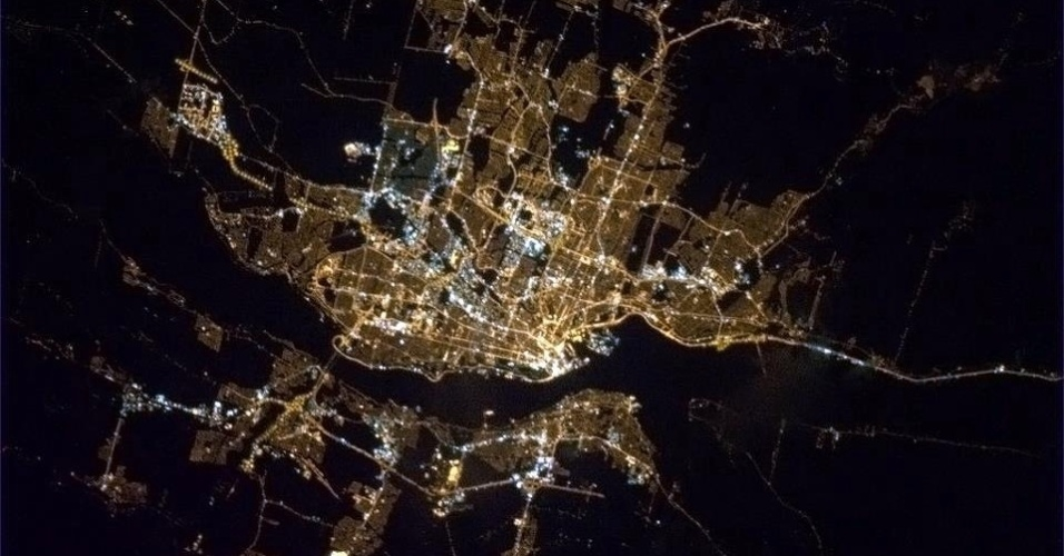 "19.abr.2013 - Na noite de 16 de abril, o canadense exalta, em francês, a beleza da primavera em Quebec: ""La ville de Quebec est belle, surtout au printemps"""