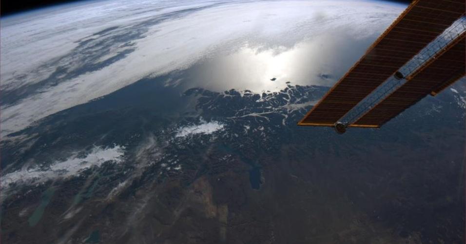 19.abr.2013 - Da janela da Estação Espacial Internacional, que orbita a menos de 400 quilômetros do nosso planeta, o astronauta canadense mira a Patagônia