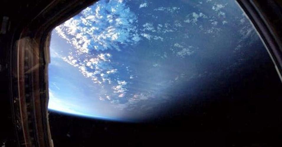"""19.abr.2013 - Desde que a Estação Espacial Internacional ficou mais próxima da Terra, orbitando a menos de 400 quilômetros de distância, os astronautas da missão 35 têm """"mais luz do sol e mais chances de fazer melhores fotos de casa"""", explica Chris Hadfield. O astronauta publica três fotos do nosso planeta por dia, no mínimo"""