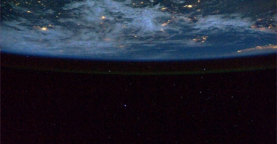 19.abr.2013 - A atmosfera da Terra brilha contra um céu estrelado, destaca o astronauta que coordena a missão 35 da Estação Espacial Internacional, Chris Hadfield, na noite de 12 de abril