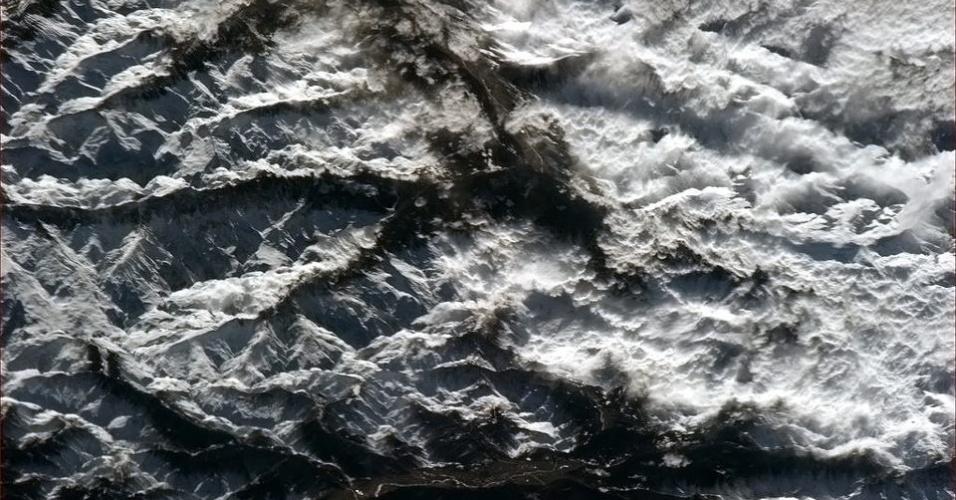 """19.abr.2013 - A """"beleza irregular"""" dos Alpes foi destaque do twitter do astronauta canadense, em 17 de abril"""