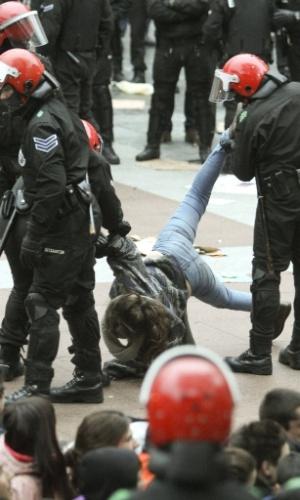 19.abr.2013 - A Ertzaintza (força policial basca) prendeu seis membros da Segi, o movimento de juventudes radicais bascas, ligado ao grupo separatista ETA, condenados pelo Supremo Tribunal Federal. Eles foram protegidos por centenas de manifestantes no Sebastian Boulevard, em San Sebastián, na Espanha