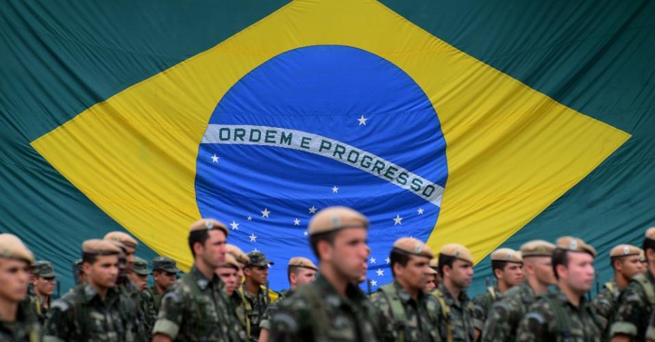 19.abr.2013 - Apresentação de militares da 12ª Brigada de Infantaria Leve no 6º Batalhão de Infantaria Leve do Exército Brasileiro, na cidade de Caçapava (SP), nesta sexta-feira (19), dia do aniversário de 365 anos da corporação