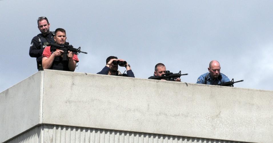 19.abr.2013 - Atiradores da polícia posicionados no telhado de um prédio, em Watertown, Massachusetts (Estados Unidos), participam da caçada a um dos suspeitos de terem executado o atentado à Maratona de Boston