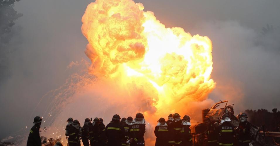 19.abr.2013 - Bombeiros trabalham para apagar um incêndio que ocorreu após uma colisão entre um caminhão e um carro em uma estrada em Wuhan, na província de Hubei, na China. Um dos motoristas morreu no acidente, enquanto o outro conseguiu sair do veículo antes da explosão