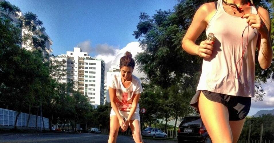 """19.abr.2013 - Bruno Gagliasso posta foto da mulher Giovanna Ewbank correndo e da amiga Fernanda Paes Leme andando de patins e escreveu : """"meninas brincando"""""""