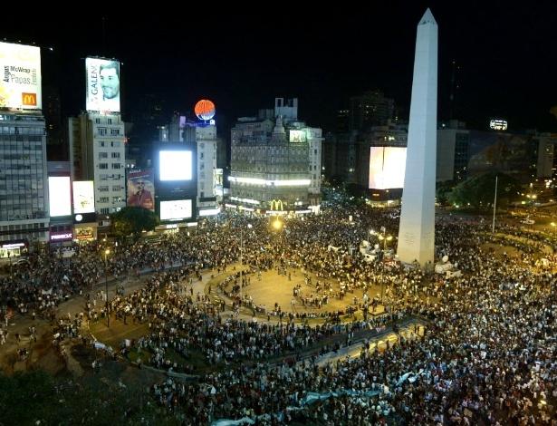 19.abr.2013 - Centenas de opositores ao governo da presidente Cristina Kirchner se reuniram perto do monumento do Obelisco, em Buenos Aires (Argentina), para protestar contra as restrições cambiais e a reforma judicial aprovada no Senado. Protestos também ocorreram em outras cidades do país e foram convocados por meio das redes sociais