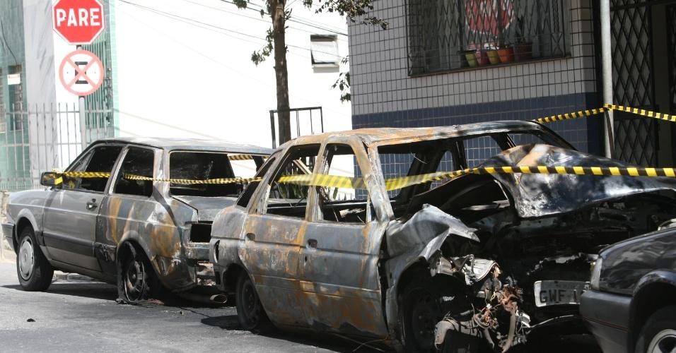 19.abr.2013 - Dois carros foram destruídos e um terceiro parcialmente danificado após pegarem fogo em uma rua do bairro Serra, em Belo Horizonte, durante a madrugada desta sexta-feira (19). O Corpo de Bombeiros informou que os veículos estavam estacionados rua Herval