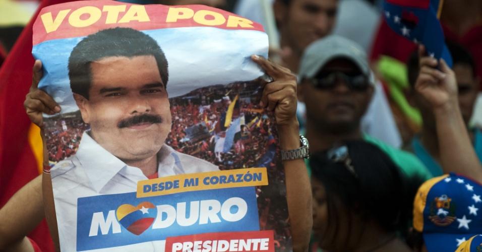 19.abr.2013 - Eleitores do presidente da Venezuela, Nicolás Maduro, se reúnem em frente ao Congresso antes da cerimônia de posse do sucessor de Hugo Chávez, eleito por uma margem apertada de votos na eleição de domingo (14)