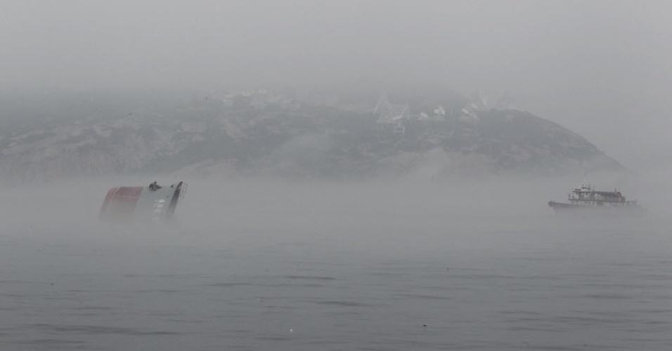 19.abr.2013 - Equipes de resgate buscam por sobreviventes em meio à forte neblina após barco afundar ao sul de Hong Kong, na China, nesta sexta-feira (19). Seis pessoas estão desaparecidas após duas barcas colidirem perto do distrito de Stanley, em Hong Kong, na China, na noite de quinta-feira (18)