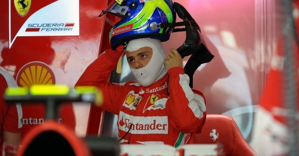 19.abr.2013 - Felipe Massa ajeita capacete antes de entrar na pista para o segundo treino livre do GP do Bahrein