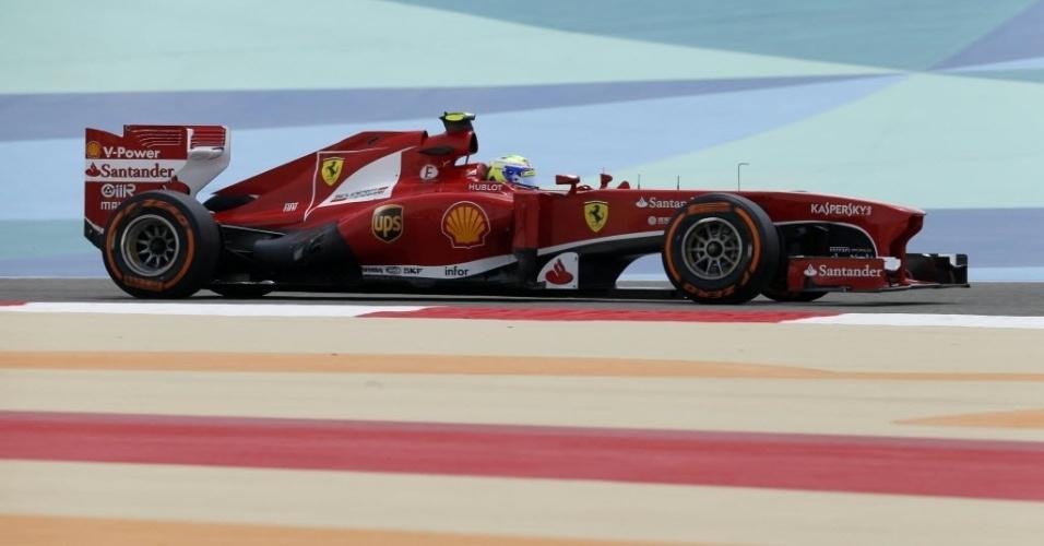 19.abr.2013 - Felipe Massa conduz sua Ferrari pelo circuito do Bahrein durante o 1° treino livre desta sexta-feira