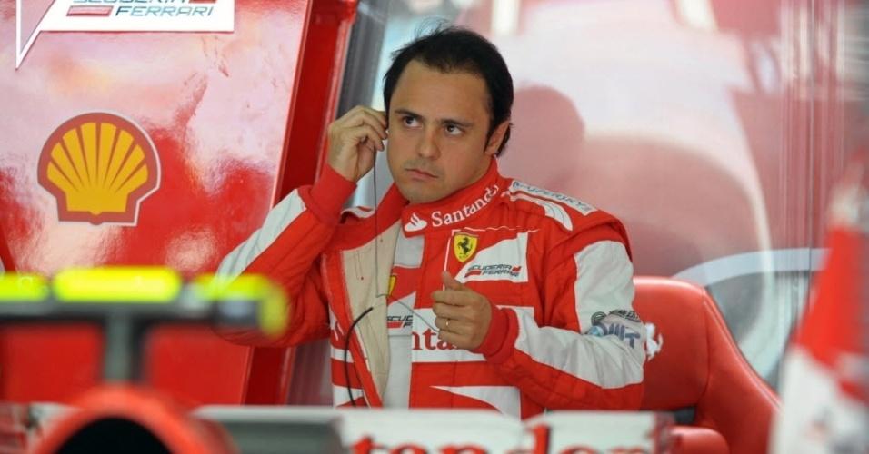 19.abr.2013 - Felipe Massa descansa nos boxes da Ferrari após marcar 1min34s487 e garantir o melhor tempo do 1° treino livre para o GP do Bahrein