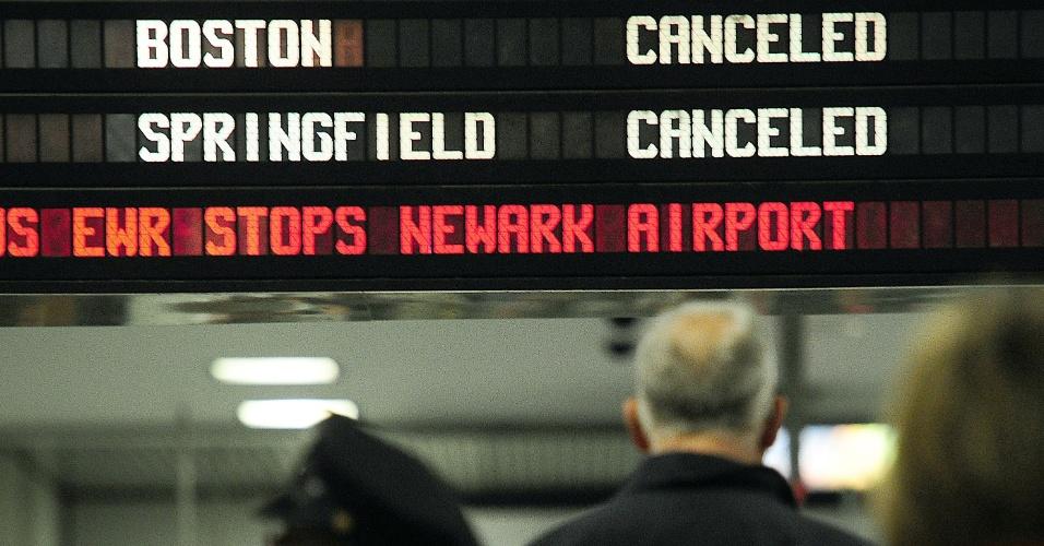 19.abr.2013 - Letreiro em estação de Nova York avisa que os trens para Boston foram cancelados. Todos os trens com destino a Boston ou partindo da cidade foram suspensos por causa da caçada policial a um dos suspeitos de ter executado o atentado à Maratona de Boston