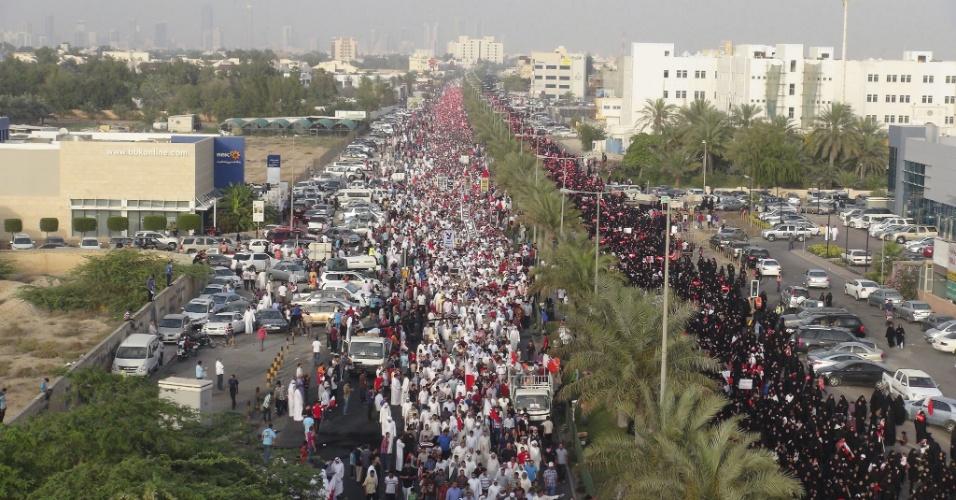 19.abr.2013 - Milhares protestam contra a realização do Grande Prêmio de Fórmula 1, em Manama, no Bahrein, nesta sexta-feira (19). Os manifestantes entraram em conflito com a polícia, gritaram frases de ordem contra a realização da corrida, pediram reformas democráticas e a libertação de presos políticos