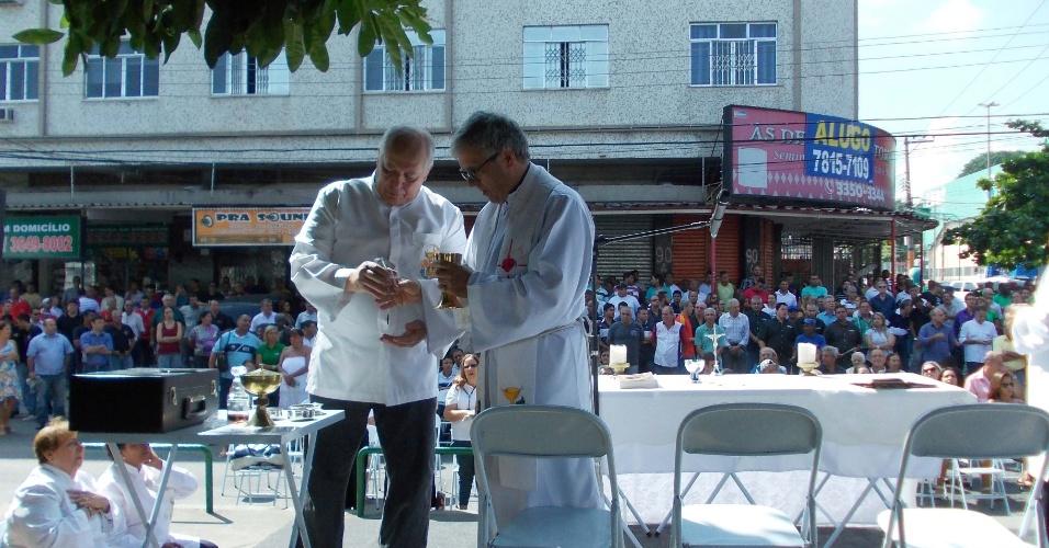 19.abr.2013 - Missa de sétimo dia das vítimas da chacina de Vila Valqueire, no Rio de Janeiro, é realizada na manhã desta sexta-feira (19), em Madureira, na zona norte da cidade