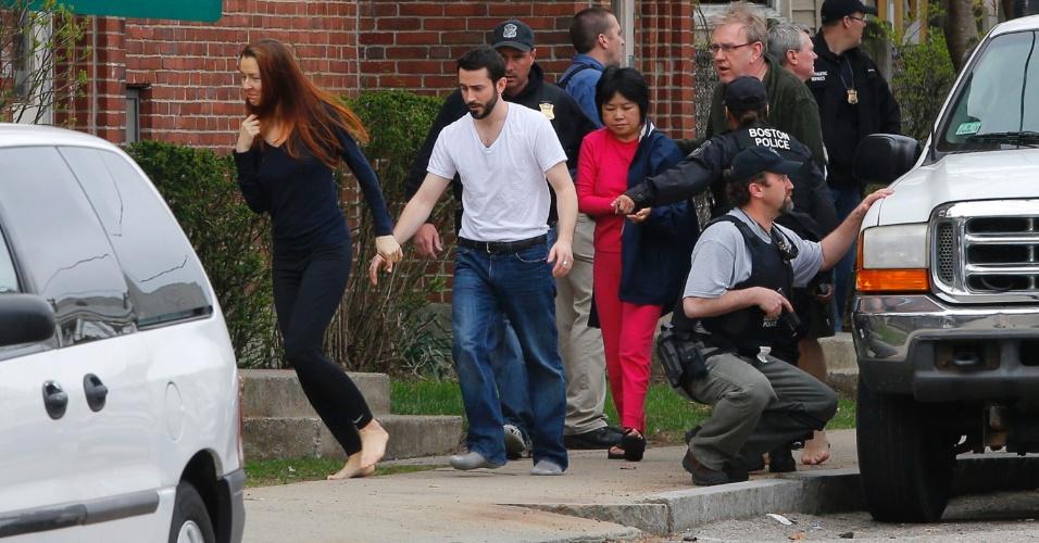 19.abr.2013 - Moradores são evacuados de suas residências por agentes do FBI durante operações de busca por um dos suspeitos dos atentados na Maratona de Boston, em Watertown, Massachusetts, nesta sexta-feira (19)