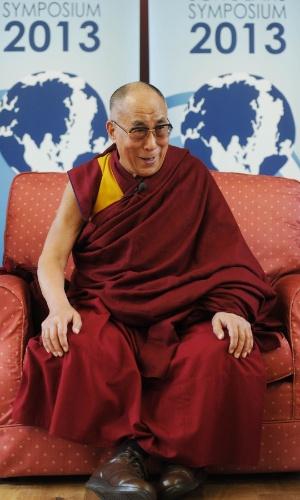 19.abr.2013 - O líder espiritual tibetano dalai-lama discursa durante conferência da Global Scholars Symposium, em Cambridge, na Inglaterra, nesta sexta-feira (19)