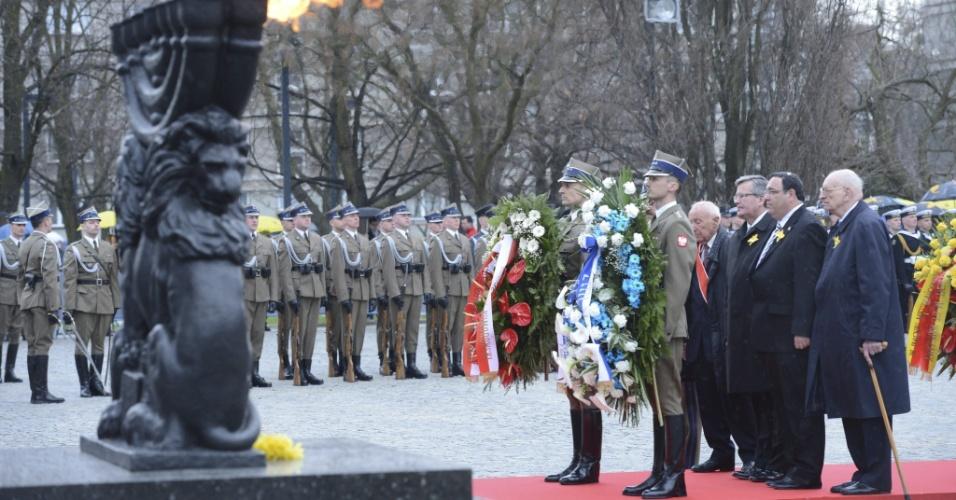 19.abr.2013 - O professor Wladyslaw Bartoszewski (primeiro à direita), o ministro da Educação de Israel, Shai Piron (segundo à direita), o presidente da Polônia, Bronislaw Komorowski (terceiro) e Symcha Ratajzer-Rotem 'Kazik', sobrevivente do gueto de Varsóvia, estabelecido pela Alemanha Nazista na Polônia durante o Holocausto, depositam flores durante ato oficial em memória ao 70º aniversário do levante do Gueto de Varsóvia contra o nazismo, no Monumento dos Heróis do Gueto de Varsóvia, na Polônia
