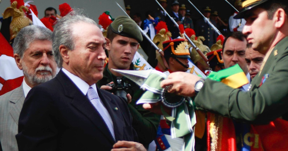 19.abr.2013 - O vice-presidente da República, Michel Temer, participa de solenidade cívico-militar em comemoração do Dia do Exército, no Quartel-General do Exército em Brasília (DF), nesta sexta-feira (19)