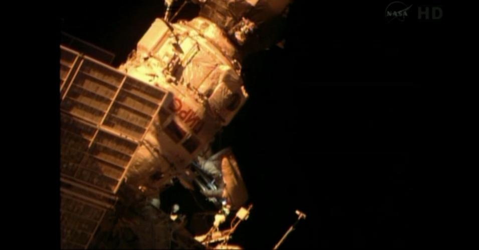 19.abr.2013 - Os cosmonautas russos Pavel Vinogradov e Roman Romanenko saem do módulo da Estação Espacial Internacional (ISS, na sigla em inglês) para a primeira das seis caminhadas espacias previstas pelos russos em 2013 - os Estados Unidos planejam apenas duas caminhadas espacias neste ano, que devem ocorrer em julho. A dupla de cosmonautas passará seis horas fora da ISS para recuperar alguns experimentos científicos, iniciar outros, além de instalar um novo auxílio à navegação da plataforma