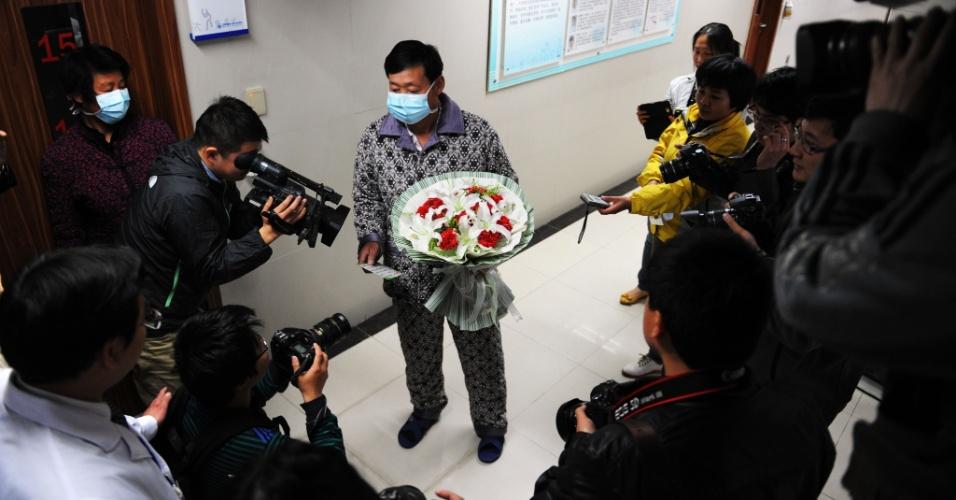 19.abr.2013 - Paciente que foi portador da gripe aviária H7N9 responde a perguntas de jornalistas após a sua recuperação e alta médica de um hospital em Bozhou, província de Anhui, na China. Especialistas da agência de saúde da ONU estão examinando se o vírus H7N9 da gripe aviária está se espalhando entre os seres humanos, depois de um aglomerado de casos entre parentes, mas minimizou os temores de uma pandemia