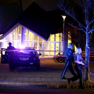 Polícia realiza buscas perto de local onde o policial foi baleado e morto dentro de campus universitário - Kristyn Ulanday/Reuters