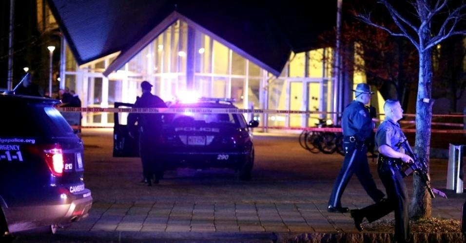 19.abr.2013 - Polícia realiza buscas perto de local onde um policial foi baleado e morto dentro do campus do MIT (Instituto de Tecnologia de Massachusetts), em Cambridge, na região metropolitana de Boston (EUA)
