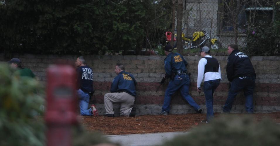 19.abr.2013 - Policiais cercam uma área onde um dos suspeitos do atentado em Boston estava escondido, em Watertown, cidade próxima a Boston (Estados Unidos). Dzhokhar Tsarnaev, 19, um dos suspeitos, foi preso na noite desta sexta-feira (19), segundo a polícia. Tamerlan Tsarnaev, 26, seu irmão, e também suspeito, morreu durante troca de tiros com a polícia na madrugada desta sexta-feira