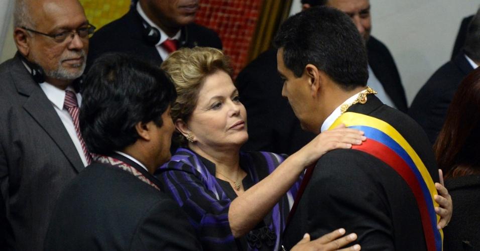 19.abr.2013 - Presidentes Dilma Rousseff (ao centro), do Brasil e Evo Morales (à esq.), da Bolívia, cumprimentam Nicolás Maduro, que foi empossado como presidente Venezuela nesta sexta-feira (19). A cerimônia acontece na Assembleia Nacional, em Caracas em meio a protestos da oposição, que pede a recontagem dos votos