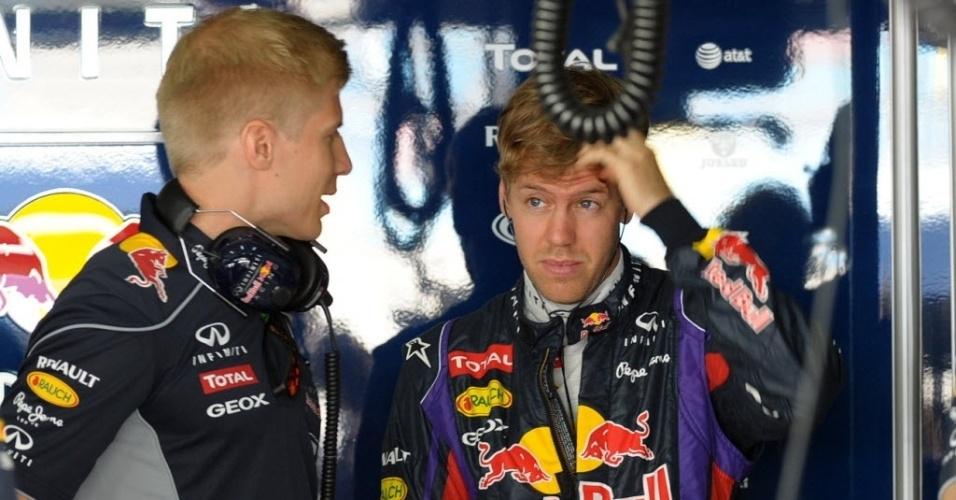 19.abr.2013 - Sebastian Vettel é visto nos boxes da Red Bull durante o 1° treino livre do GP do Bahrein