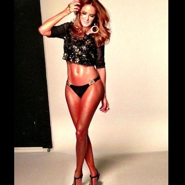 19.abr.2013 - Ticiane Pinheiro posta foto de biquíni em bastidores de ensaio para revista
