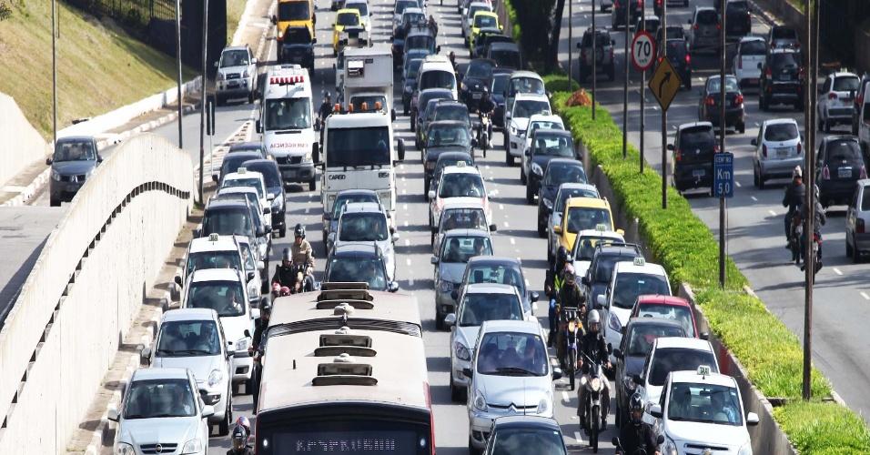 19.abr.2013 - Trânsito na avenida Pedro Álvares Cabral, em direção a zona sul de São Paulo (SP), próximo a avenida Ibirapuera, na manhã desta sexta-feira (19)