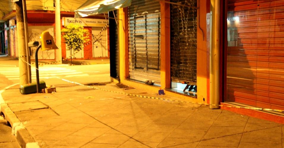 19.abr.2013 - Um homem foi baleado na avenida Santo Amaro, zona sul de São Paulo. Segundo a polícia, ele deixava seu estabelecimento comercial quando foi abordado por dois homens, que atiraram e depois fugiram sem levar nada. A vítima foi levada para o pronto-socorro do Hospital das Clínicas